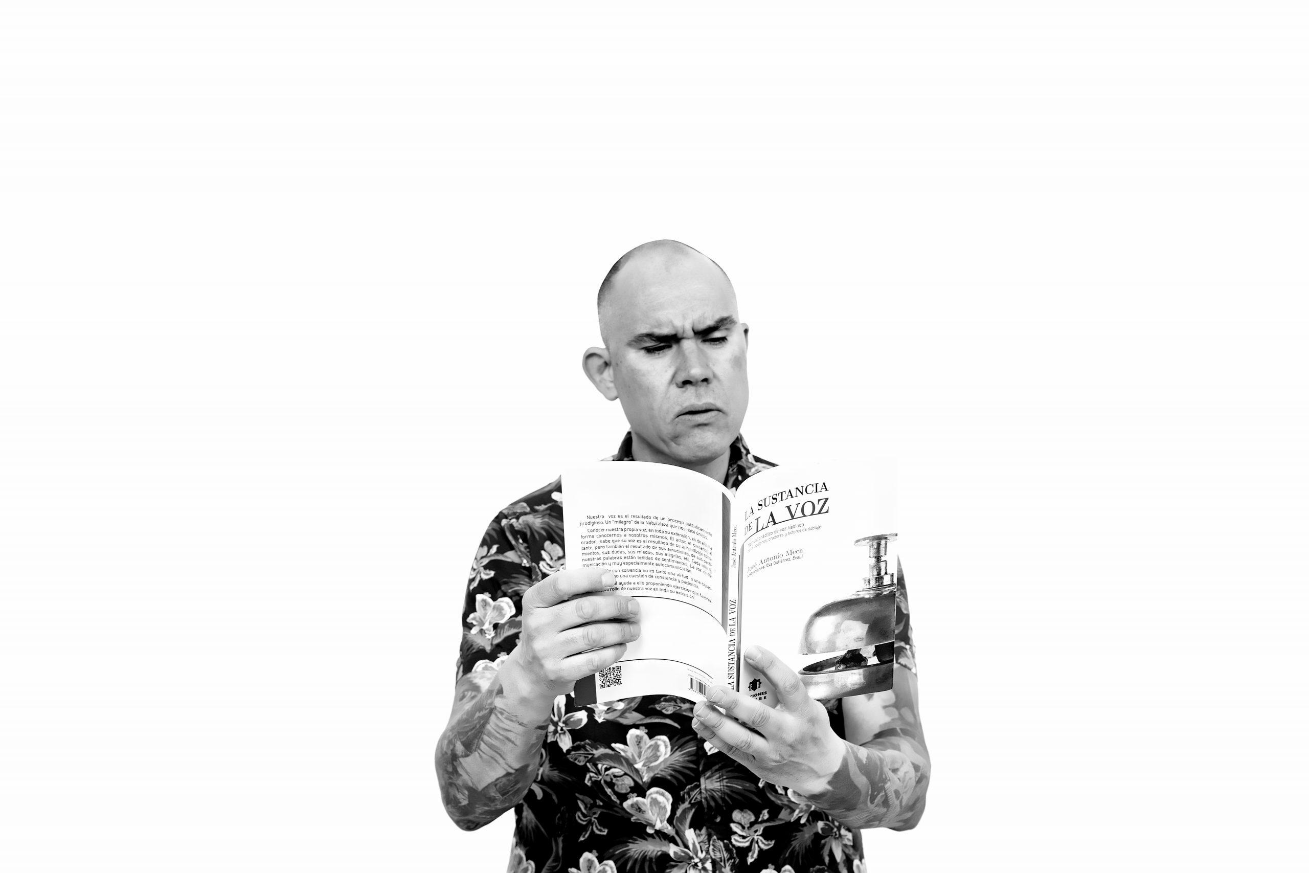 Ricky Delgado Locutor leyendo audiolibros voiceover